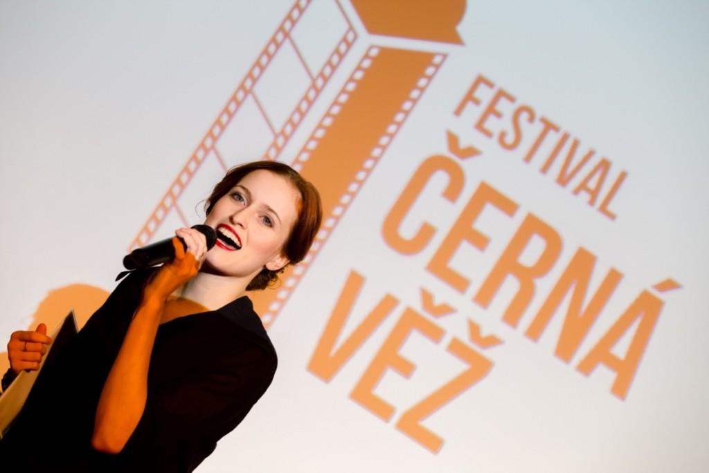 Členka odborné poroty a herečka Jihočeského divadla Kamila Janovičová rozezpívala celý sál a poté předala sošku za nejlepší studentský film. (Foto: Barbora Fuhrmannová)